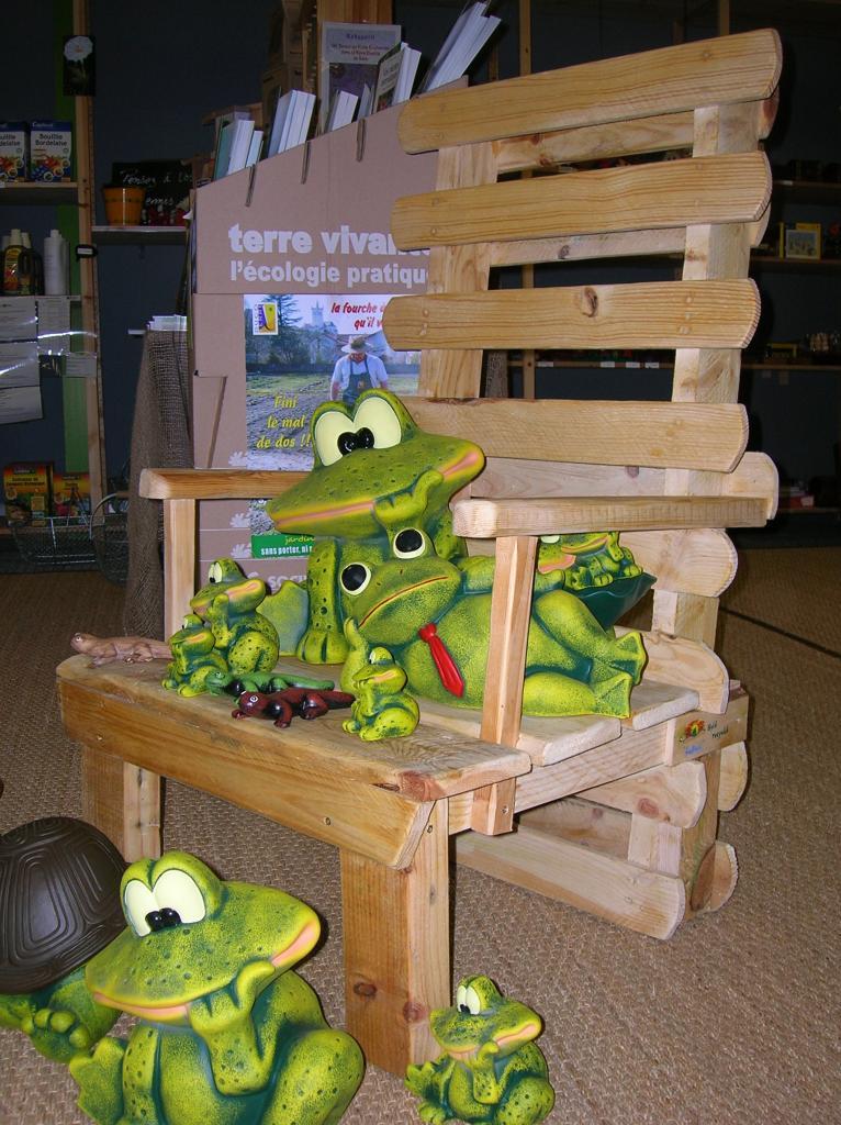 fauteuil en palettes et détente de grenouilles!