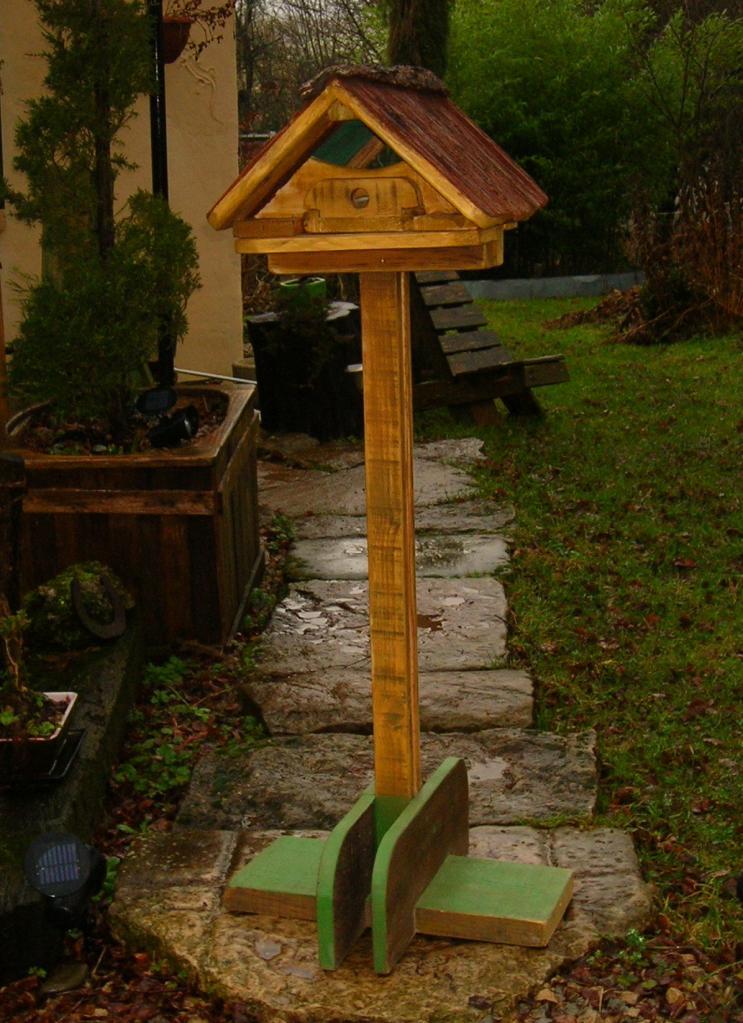Mangeoire oiseaux en palettes for Mangeoire sur pied pour oiseaux du jardin